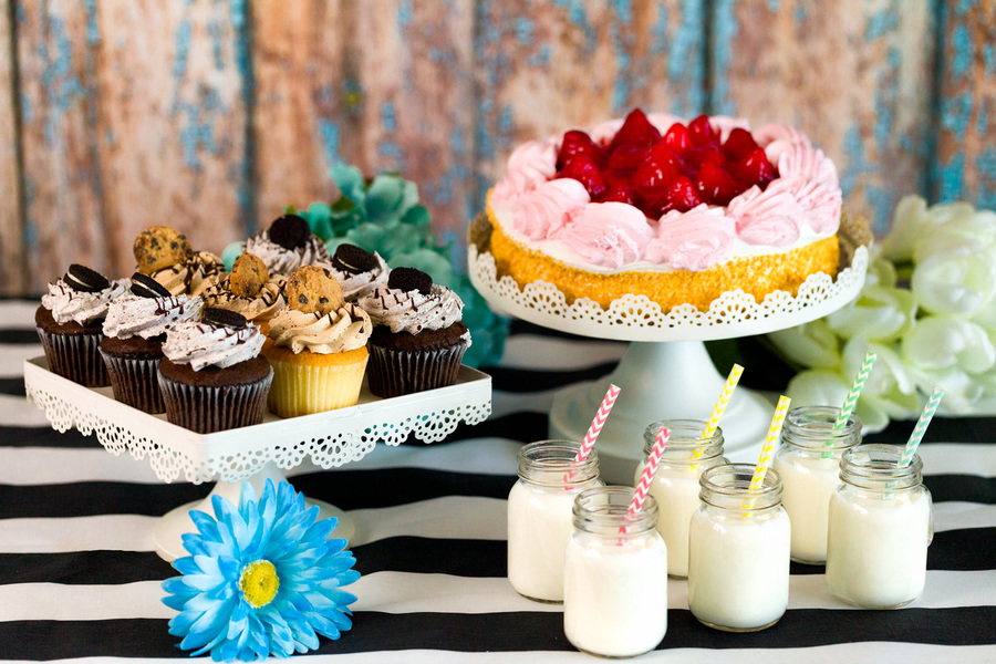 White lace cake stand